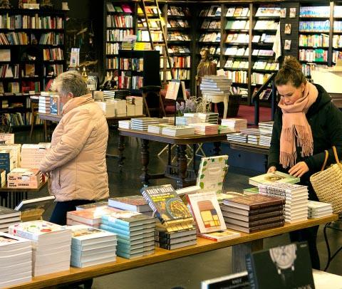 Susan Smit bezoekt Boekhandel Van der Meer in Noordwijk