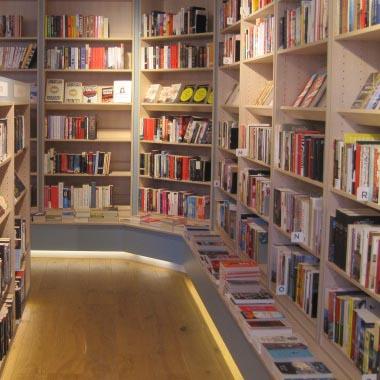Susan Smit bezoekt boekhandel Scheltema, Roeterstraat in Amsterdam