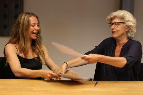 Emily Reekers tekent voor haar debuutroman bij Lebowski Publishers