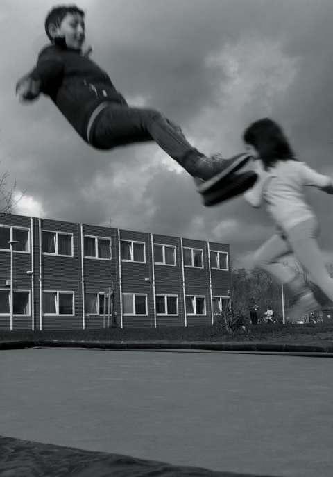 Vier dagen meelopen in een azc: 'Pas als ze hier tot stilstand komen, komt de ellende boven' (artikel voor Vrij Nederland) - Jonah Falke