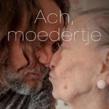 Erik Jan treedt op tijdens boeklancering Ach, moedertje (Hugo Borst)  - Erik Jan Harmens