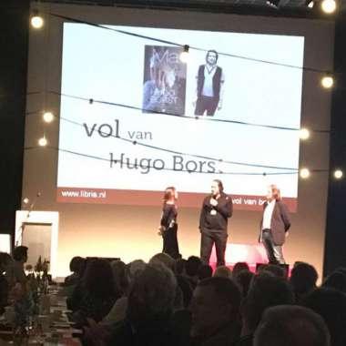 Hugo Borst ontvangt 100.000ste exemplaar MA  - Hugo Borst