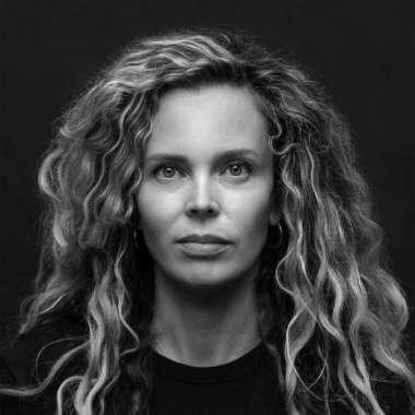 Maartje van Wegen interviewt Roxane tijdens de herdenking in Huizen