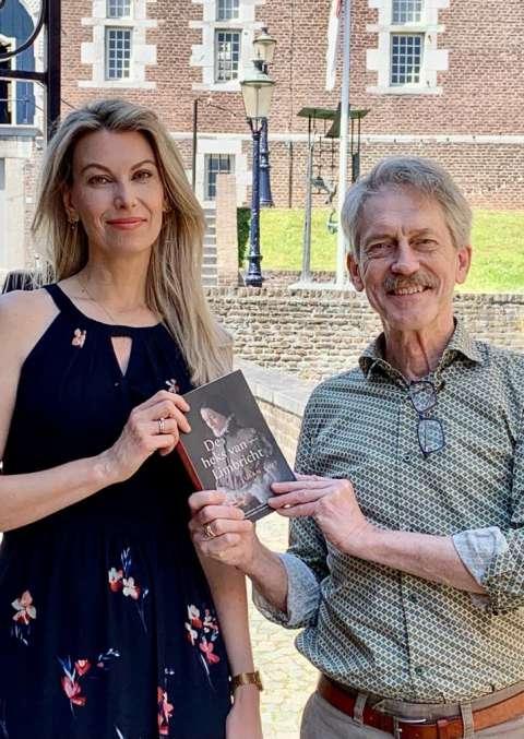 Susan Smit overhandigt eerste exemplaar van De heks van Limbricht aan nazaat hoofdpersoon