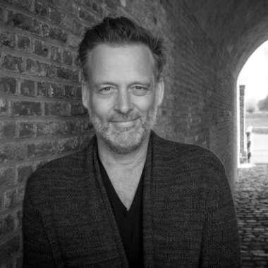 Tien nieuwe podcasttips van de redactie van de VPRO Gids, voor in de auto, het vliegtuig, op het strand of in bed.   - Erik Jan Harmens